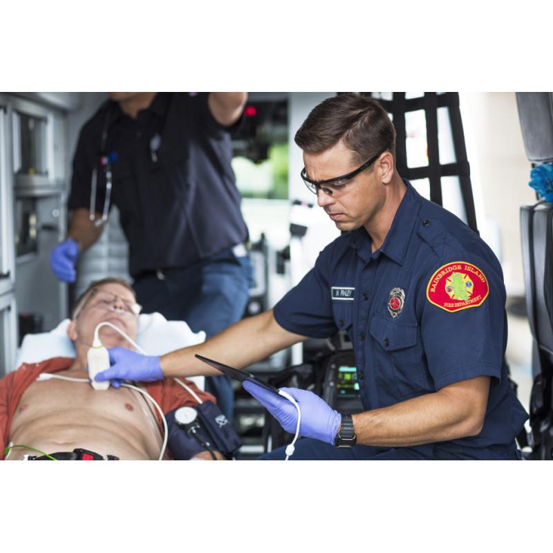 Sonde échographique ultra-mobile cardiaque sectorielle Lumify S4-2 utilisée dans une ambulance
